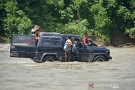 Murid Sekolah Terpaksa Menyeberangsi Sungai Di Desa Pedalam Aceh Page 2 Small