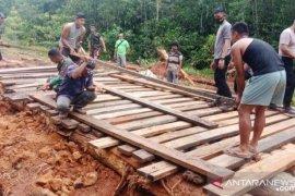 TNI-Polri bersama warga Merauke perbaiki jalan putus