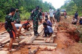 Bersama warga, TNI dan Polri  perbaiki jalan putus
