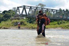 Murid Sekolah Terpaksa Menyeberangi Sungai Pedesaan Di Aceh