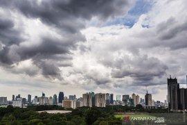 BMKG ingatkan warga Jakarta waspadai potensi hujan disertai kilat pada Senin