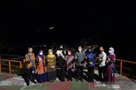 Anggota DPR Rezka Oktoberia kagumi keindahan puncak cemara Sawahlunto