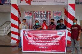 Alfamidi menyalurkan bantuan hasil donasi konsumen di Minahasa Tenggara