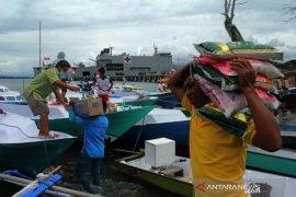 Penyaluran logistik untuk nelayan korban gempa Sulbar Page 2 Small