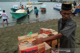 Penyaluran logistik untuk nelayan korban gempa Sulbar Page 3 Small