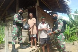 Satgas Pamtas Yonif 312/KH bagi sembako warga perbatasan RI-PNG