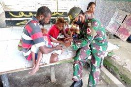 Satgas Pamtas Yonif MR 413 merawat dua anak Papua sakit malaria