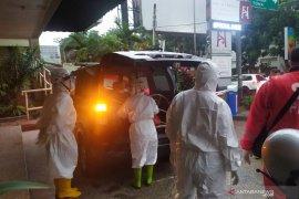 Polisi mengevakuasi mayat seorang transpuan dari Hotel di Bandung