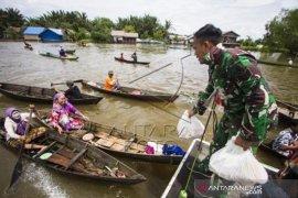 TNI Bantu Distribusikan Bantuan Korban Banjir Kalsel