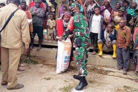 TNI bantu penyaluran bantuan sembako korban banjir bandang di Paniai
