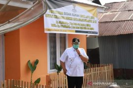 Wali Kota Solok serahkan bantuan bedah rumah ke 19 kepala keluarga