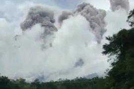 Erupsi Gunung Merapi tak ganggu penerbangan Bandara  Adi Soemarmo