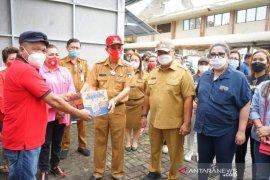 Pemkab Minahasa menyerahkan bantuan korban banjir-longsor