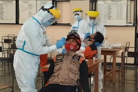 Relawan di barak pengungsi Merapi Purwobinangun menjalani swab antigen