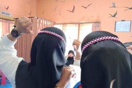 Diarpus Mataram memberikan pelatihan membuat konektor masker