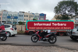 Info terkini: truk muatan barang tabrak pembatas jalan