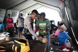 Remaja putri Asmat mahir membuat kancing baju dari batok kelapa