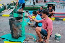 Jaga laut, pemuda Pulau Tiga swadaya pengadaan tong sampah