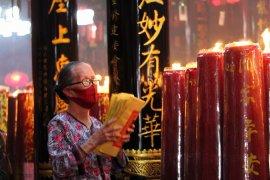 Salah seorang jemaat tengah melakukan doa secara bergantian Page 3 Small