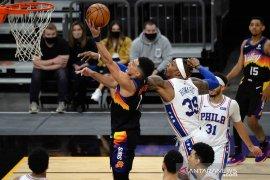 Suns kalahkan Spurs jelang akhir musim  reguler