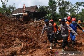 Evakuasi Korban Tanah Longsor