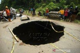 Lubang Besar Di Jalan Provinsi Penghubung Brebes Dan Tegal