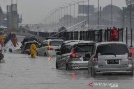 Akses Jalan Menuju Gerbang Tol Japek Banjir