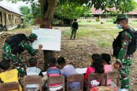 Satgas TNI Yonif Raider 100/PS beri bimbingan belajar anak di perbatasan RI-PNG