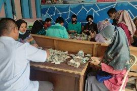 Kakek 81 tahun tabung uang Rp82 juta bawa karung