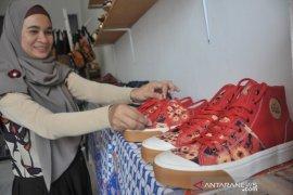 Sepatu sandal berbahan jumputan Palembang