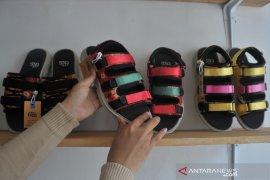 Sepatu sandal berbahan jumputan Palembang Page 2 Small