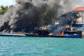 Barang bukti ikut terbakar dalam kebakaran kapal  di dermaga Bea Cukai Batam