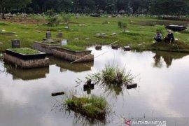 Memancing Di Pemakaman Yang Terendam Banjir