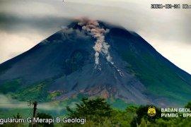 Awan panas dan lava pijar Gunung Merapi meluncur ke arah barat daya