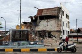 Dinas PU Sulbar robohkan rumah warga yang rusak akibat gempa di Mamuju