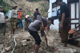 Lima orang santri meninggal dunia akibat tebing setinggi 7 meter longsor