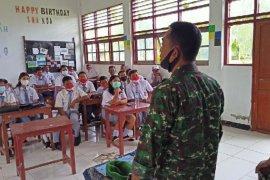 Prajurit TNI sosialisasi vaksin COVID-19 di sekolah