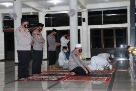 Kapolda NTB-Kakanwil Kemenag NTB salat subuh berjamaah di Masjid Al-Achwan Griya Pagutan Indah