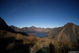 Keeksotikan Danau Segara Anak dari Plawangan Sembalun