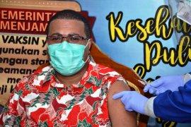 Bupati Biak Numfor bersama Pangkoopsau III disuntik vaksin COVID-19