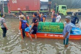 Banjir,  jenazah dibawa pakai perahu saat akan dimakamkan