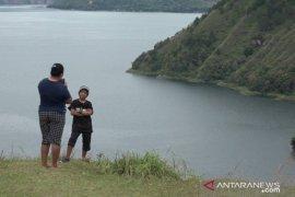 Panorama eksotik Danau Toba dari Bukit Singgolom