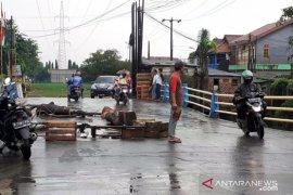 Jembatan penghubung kecamatan Tambun - Bekasi nyaris putus