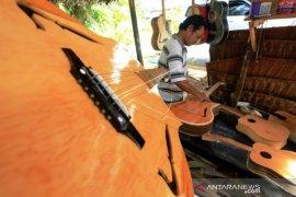 Produksi Gitar Akuistik Menurun