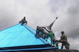 Satgas Pamtas Yonif 312/KH bantu pasang kubah mushala di perbatasan