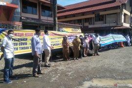Dokter spesialis dan karyawan RSUD Pariaman unjuk rasa tuntut direkturnya mundur