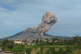 Gunung Sinabung erupsi dengan jarak luncur awan panas mencapai 4.500 meter
