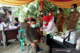 Palembang mulai memvaksinasi COVID-19 petugas  pelayanan publik