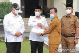 Disdukcapil serahkan KK dan KTP-el ke Wakil Wali Kota Solok