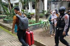 KPK membawa tiga koper dari Kantor Gubernur Sulsel